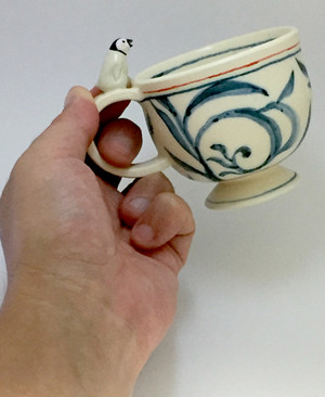 ペンギン染付ティーカップ(手に持ったところ)