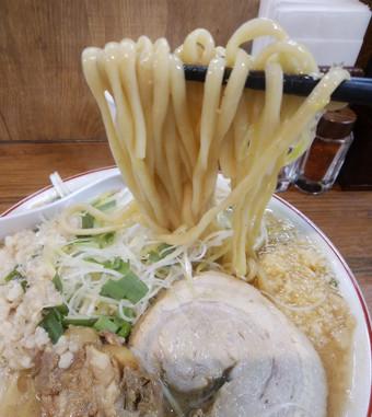 麵は太麺、コシがあり、がっつり系の食べ応え